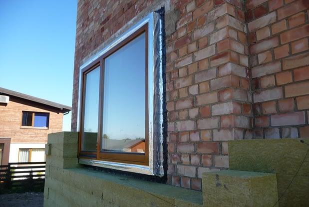 Energiškai efektyviuose namuose langai turi būti montuojami šilumos izoliaciniame sluoksnyje.