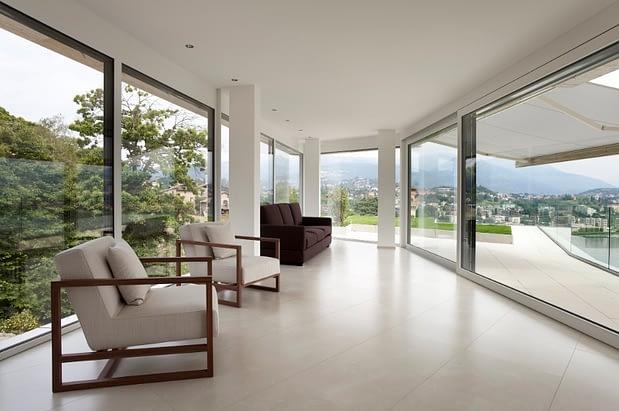 Specialiomis medžiagomis sutvirtinti, armuoti langų profiliai gali būti naudojami ir panoraminių vitrinų montavimui.